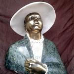 Dama w białym kapeluszu (marmur, serpentynit, brąz, koronka bawełniana), wys.38cm