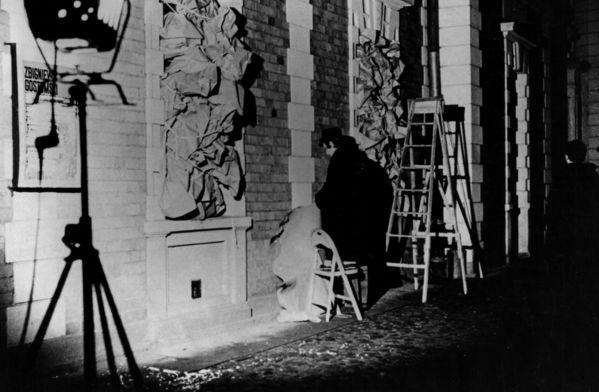 """źródło:www.culture.pl Zbigniew Gostomski, """"Okna bez widoku (Asamblaż zimowy)"""", 1969, instalacja site-specific przed Galerią Foksal w Warszawie, fot. J. Borowski"""