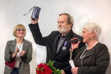 """Nadanie Srebrnego Medalu """"Zasłużony Kulturze – Gloria Artis"""" Andrzejowi Podkańskiemu"""